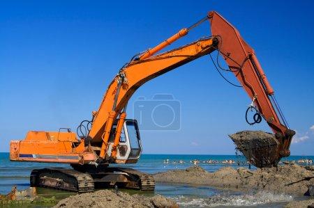 Photo pour Pelle orange sur la plage - image libre de droit