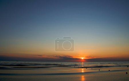 Photo pour Coucher de soleil sur la mer d'été - image libre de droit