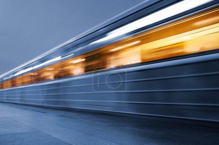 Photo pour Métro. Train souterrain, flou de mouvement - image libre de droit