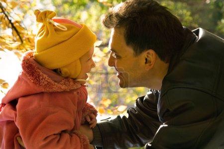 Photo pour La fille et le père sur le soleil d'automne - image libre de droit
