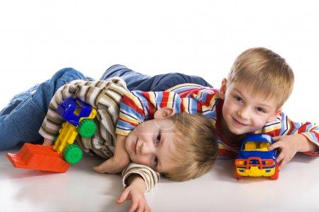 Foto de Alegres muchachos Coloque sobre un piso - Imagen libre de derechos