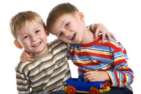Foto de Dos jovencitos jugar alegremente - Imagen libre de derechos