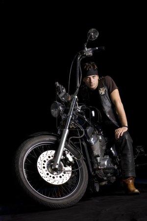 Photo pour Hachoir moto avant isolé sur noir et un cavalier homme sur elle - image libre de droit