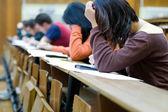 Student snaží podvádět na zkoušky