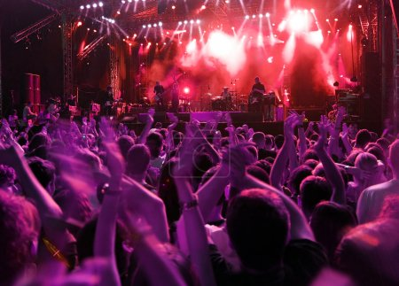 Photo pour Bande au concert de musique rock. flou de mouvement de foule - image libre de droit