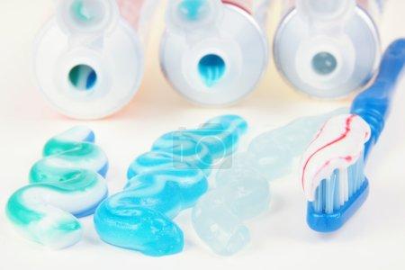 Photo pour Trois types de dentifrice dans des tubes avec brosse à dents - image libre de droit