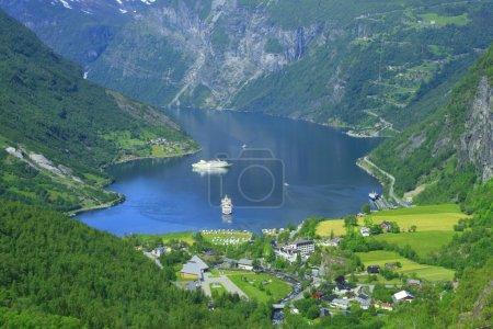 Photo pour Geiranger est celui de la belle place en Norvège avec des navires touristiques - image libre de droit