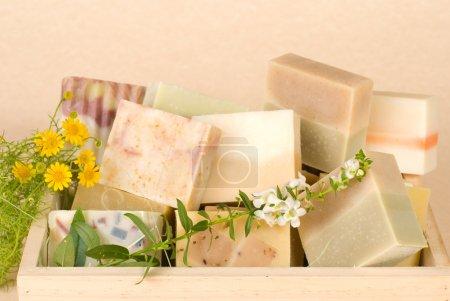Photo pour Groupe de savon fait main dans une boîte en bois, matériau naturel . - image libre de droit