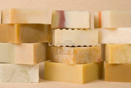 Photo pour Groupe de savon fait à la main avec matériel à base de plantes, pile de savon . - image libre de droit