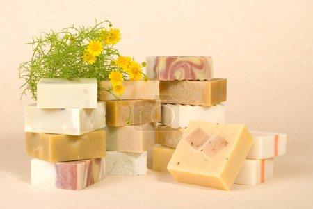 Photo pour Groupe de savon avec pile de savon matérielle, à base de plantes. - image libre de droit