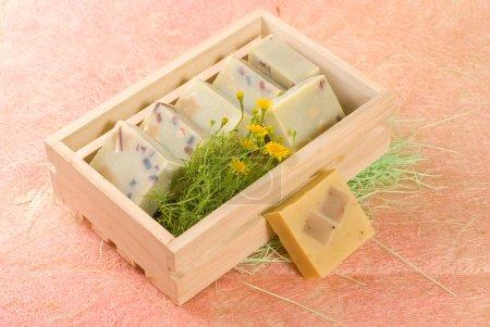 Photo pour Savon fait maison, mis en boîte en bois - image libre de droit