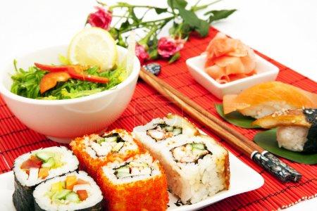 Photo pour Grand ensemble de cuisine japonaise traditionnelle avec des baguettes et des fleurs - image libre de droit