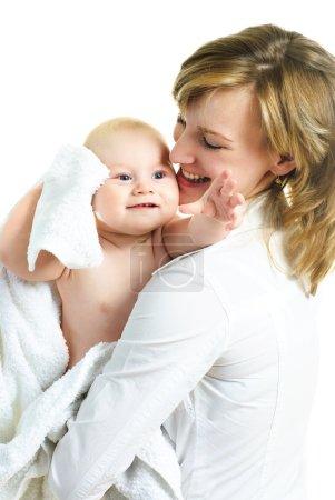 Photo pour Jeune maman belle heureuse avec son petit bébé enveloppé dans la serviette sur fond blanc - image libre de droit
