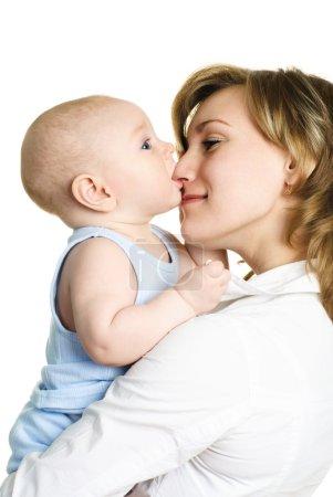 Photo pour Jeune maman belle heureuse avec son petit bébé sur fond blanc - image libre de droit