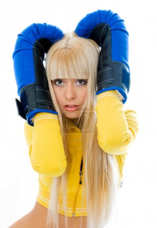 Foto de Asustada a joven mujer rubia con guantes de boxeo aislados sobre fondo blanco - Imagen libre de derechos