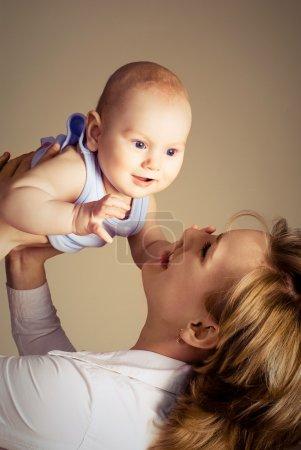 Photo pour Portrait d'une jeune mère heureuse, jouer avec son bébé - image libre de droit
