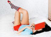Fáradt-ból olvasó egy könyv lány