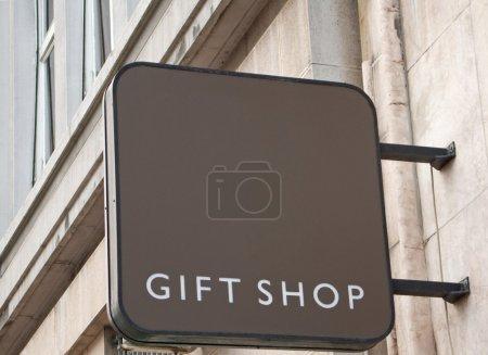 Photo pour Panneau boutique cadeau sur le mur du bâtiment traditionnel - image libre de droit