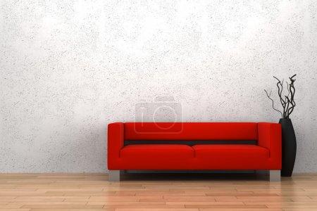 Foto de Sofá rojo y florero con madera seca delante pared blanca - Imagen libre de derechos