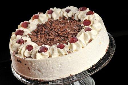 Photo pour Doux gâteau de fantaisie sur fond noir - image libre de droit