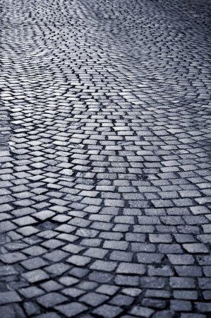 Photo pour Chemin pavé bleu traditionnel et historique bleui - image libre de droit