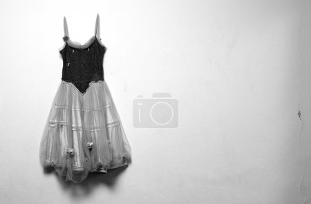 Photo pour Vieille robe de ballet pendu sur la photographie de mur, noir et blanc - image libre de droit