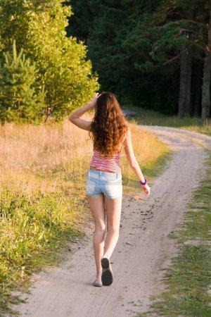 Photo pour Fille marche sur un sentier - image libre de droit