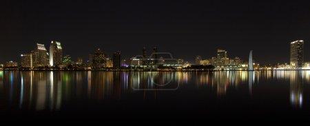 Photo pour Vue panoramique sur les toits du centre-ville de San Diego la nuit - image libre de droit