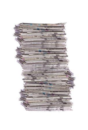 Foto de Pila de periódicos aislados sobre blanco - Imagen libre de derechos
