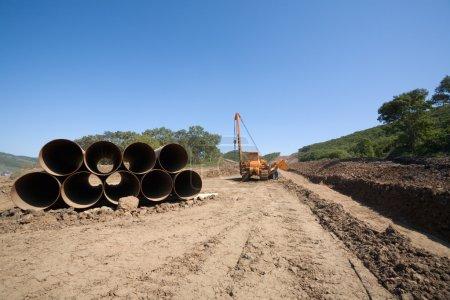 Photo pour Construction d'un nouvel oléoduc.Machine à tordre les tuyaux (grue de pipeline) dans une construction de pipeline . - image libre de droit