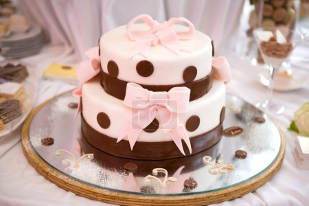 Photo pour Gâteau de mariage avec des arcs - image libre de droit