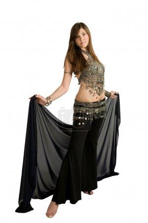 Photo pour Jeune danseuse du ventre avec un voile - image libre de droit