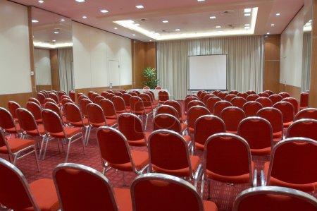 Photo pour Salle de conférence vide prête pour le public - image libre de droit