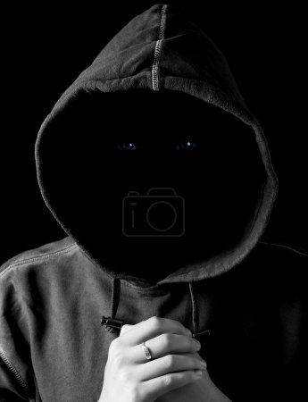 Photo pour Portrait d'un homme sombre dans une capuche sans visage - image libre de droit