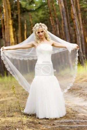 Photo pour Beauté jeune mariée en robe de mariée blanche - image libre de droit