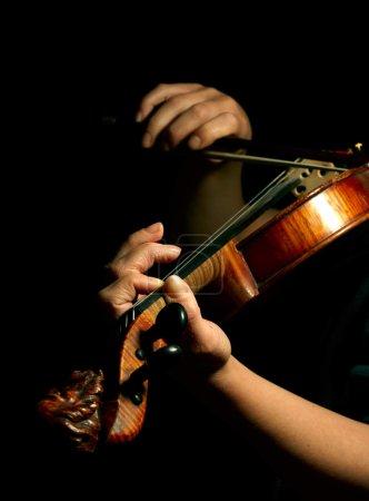 Photo pour Musicien jouait du violon isolée sur fond noir - image libre de droit