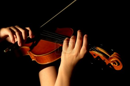 Foto de Músico tocando el violín aislada en negro - Imagen libre de derechos