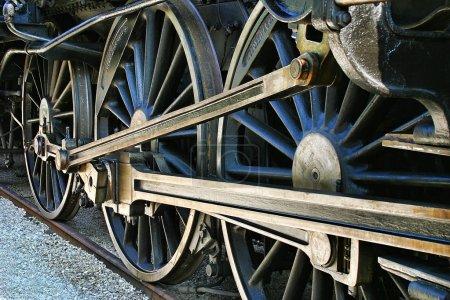 Photo pour Les vieilles roues de locomotive de chemin de fer. - image libre de droit