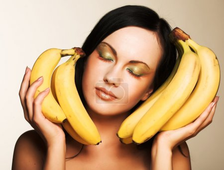 Foto de Morena atractiva con plátanos sobre un fondo blanco - Imagen libre de derechos
