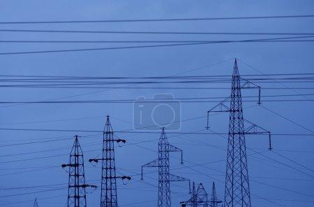 Photo pour Paysage industriel avec les pylônes électriques et de câbles - image libre de droit