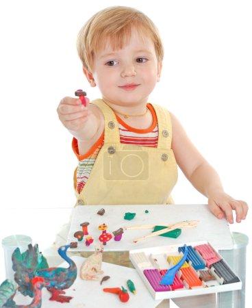 Photo pour Petit garçon jouant avec de la plasticine plusieurs-coroled - image libre de droit