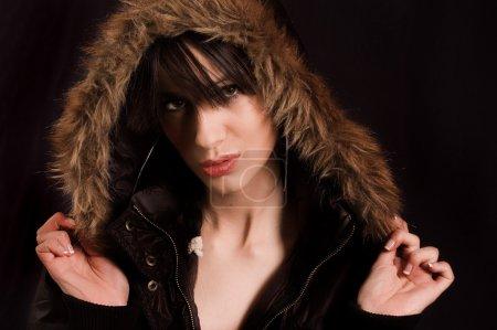 Photo pour Une jeune femme avec capuche sur la tête - image libre de droit
