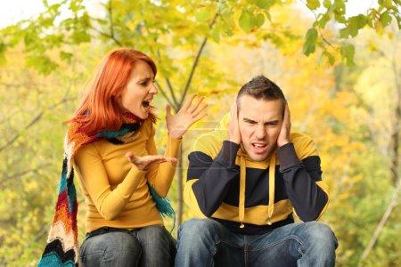 Photo pour Jeune couple se querelle dans parc - image libre de droit