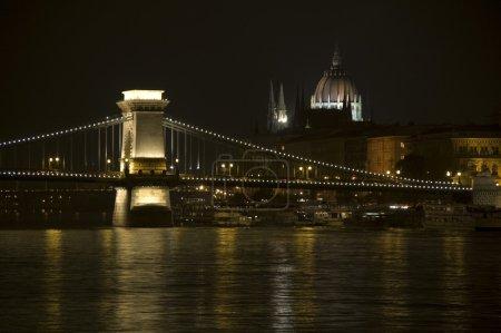 Photo pour Budapest, la capitale de la Hongrie est l'une des plus belles villes. Le vieux pont de la chaîne et le Parlement sont des monuments célèbres . - image libre de droit