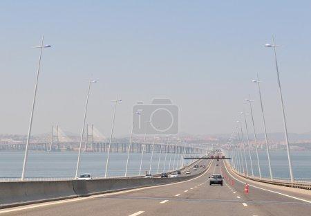 Photo pour Le plus long pont d'Europe à Lisboa (y compris les viaducs), avec une longueur totale de 17,2 km . - image libre de droit