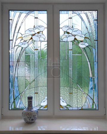 Foto de Ventana. una moderna vidriera. un estilo modernista. - Imagen libre de derechos