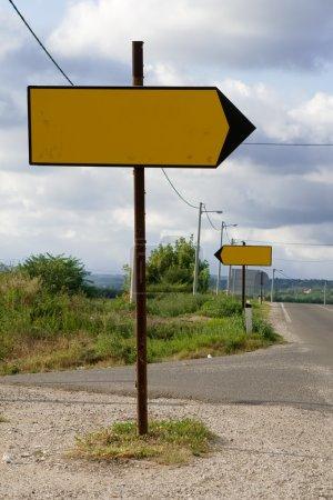 Photo pour Panneaux routiers indiquant des directions opposées. Photo prise sur la route régionale entre Belgrade et Mladenovac, Serbie . - image libre de droit