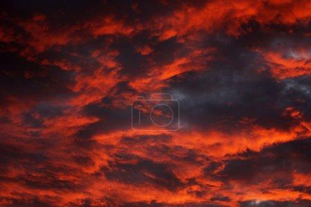 Cielo dramático al atardecer con un color fuerte