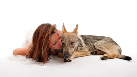 Photo pour Jeune femme et son chiot slovaquie loup coucher ensemble - image libre de droit