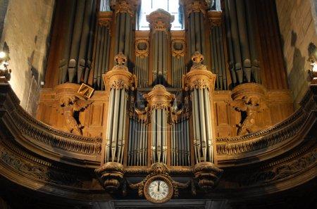 Photo pour Orgue à tuyaux à l'intérieur de l'église saint-merri de paris, france - image libre de droit